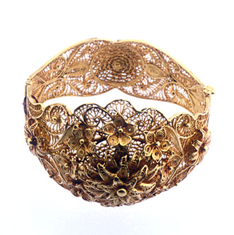 Gold Bracelet with Flower Design