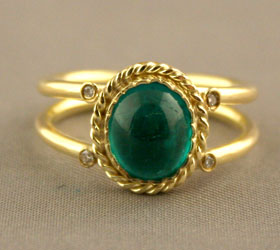 Gold Ring Featuring an Emerald with Four Small Diamonds