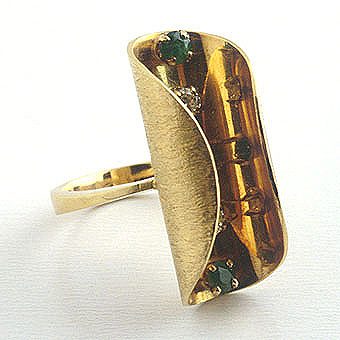 Ring of 18k Gold, 2 Round Diamonds & 3 Round Emeralds