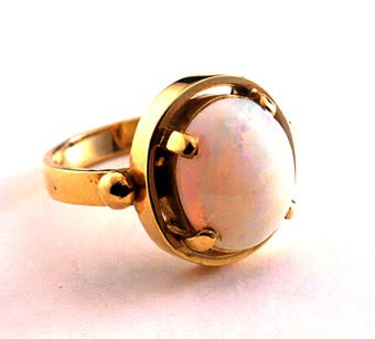 Ring of 18k Gold with Opal