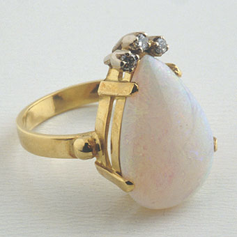 Ring Of 18k Gold With 3 Diamonds And Pear-Shaped Opal 6.4 Carats
