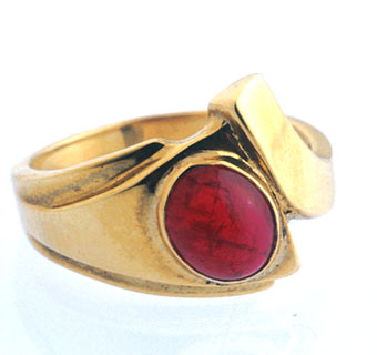 Gold Ring Featuring a Cabochon Ruby