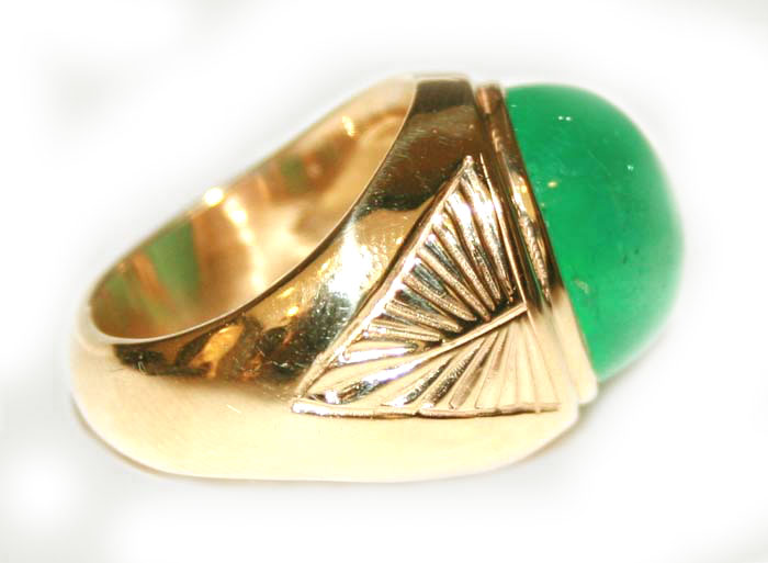 Gold Ring Featuring an Emerald Cabochon