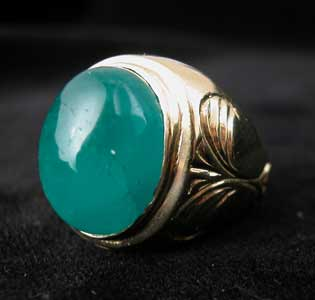 Gold Ring with Cabochon Colombian Emerald